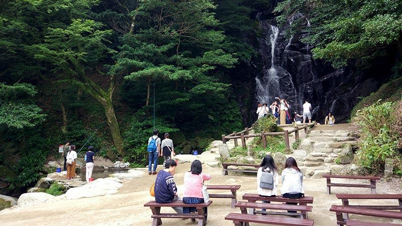 白糸の滝は平日でも多くの人