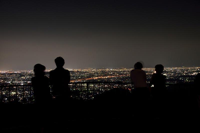 油山展望台で夜景を眺めるカップル