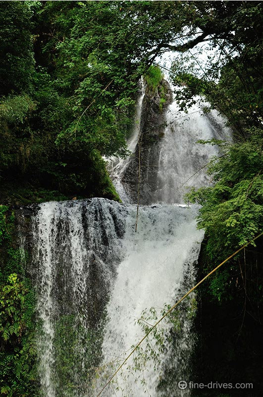 2段の滝からなる慈恩の滝