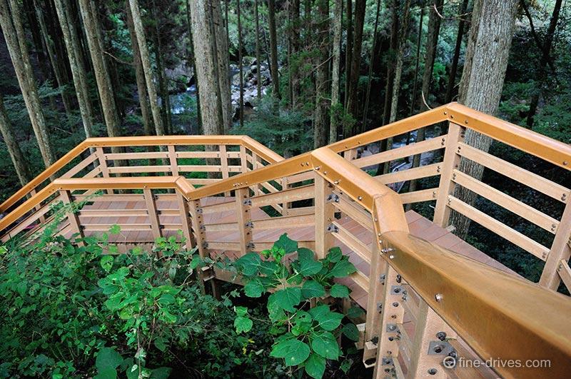 鍋ヶ滝への階段