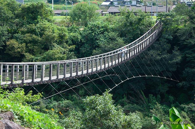 原尻の滝を一望できる吊り橋
