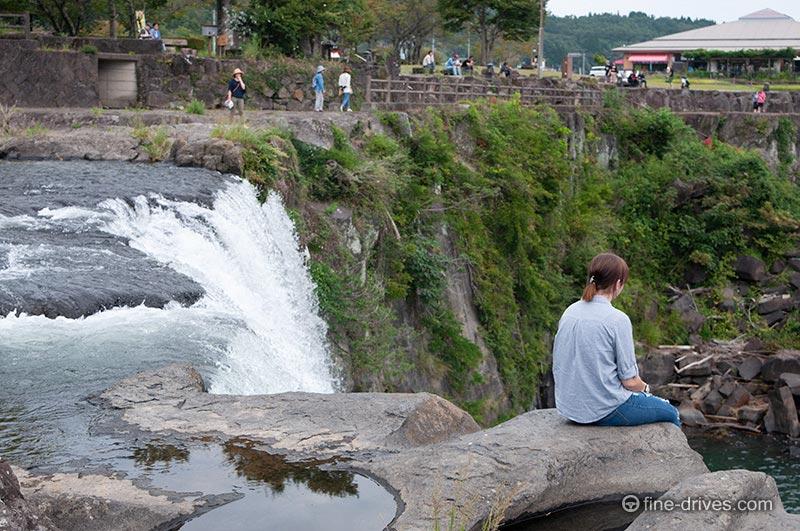 滝口に座る女性