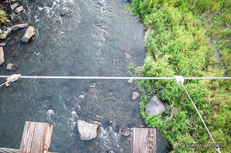 吊り橋の上から下をうかがう