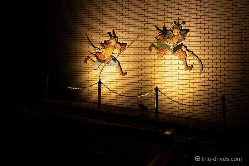 ライトアップされた壇ノ浦合戦絵巻の壁画