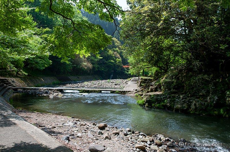 滝から流れる川