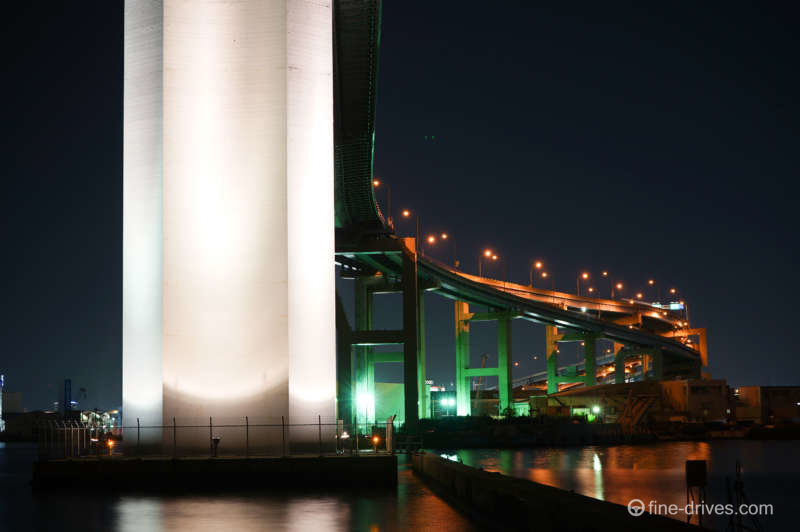 写真: 荒津大橋橋脚下
